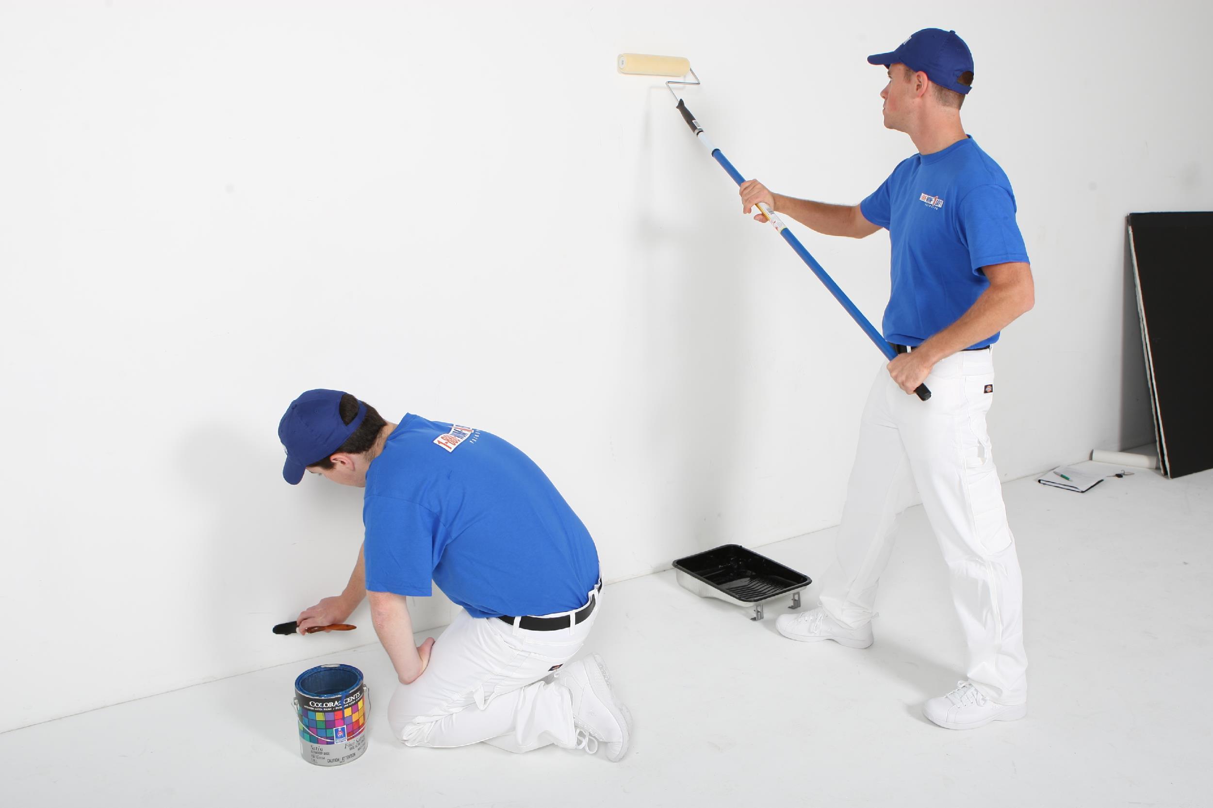 Làm sạch bề mặt tường trước khi sơn